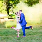 Un mariage fou entre fumigènes, licorne et lunettes roses