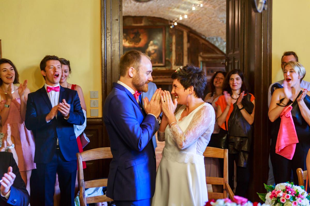 mariage fou entre fumigènes licorne et lunettes roses